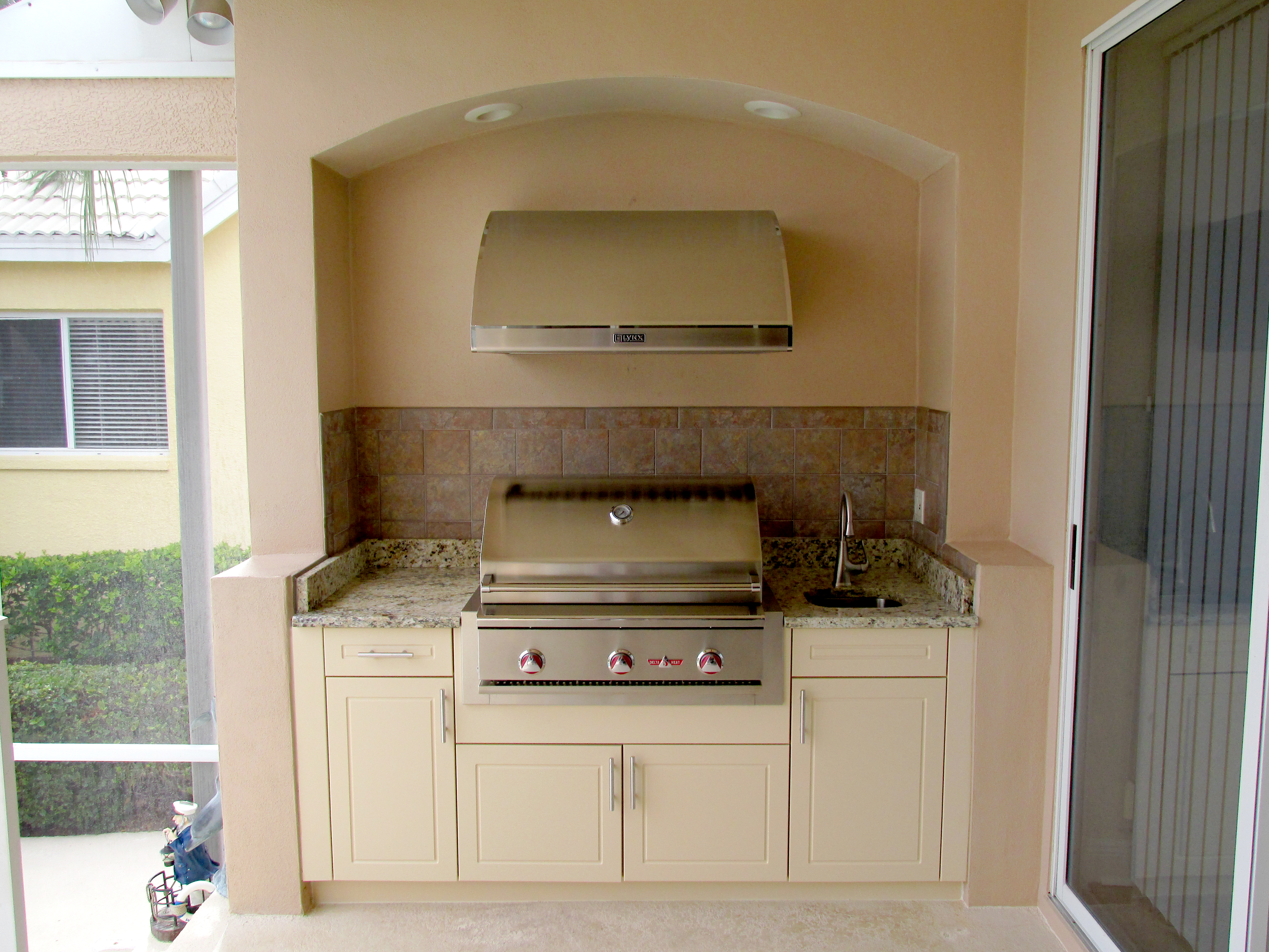 kitchen made in concrete and marble
