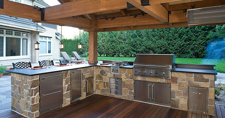 "outdoor kitchen in ""L"" shape"