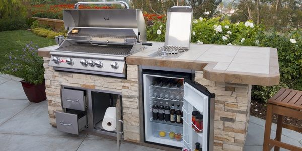 outdoor kitchen with grill and bars